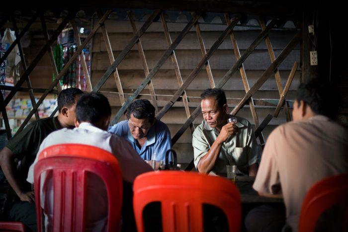 03-uomini-giocano-a-carte-in-un-bar,-cambogia---copyright-salvo-galano