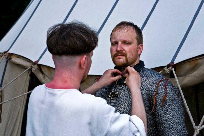 10-vestizione-dell'armatura,-oggi-nel-medioevo