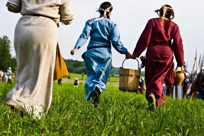 12-donne-portano-acqua-ai-combattenti-assetati,-oggi-nel-medioevo