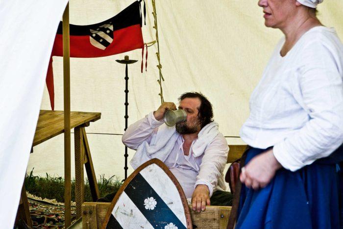 15-birra-cruda-al-campo-medievale,-oggi-nel-medioevo