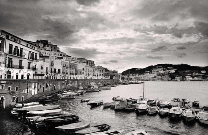 20-ponza,-il-porto-borbonico,-l'isola