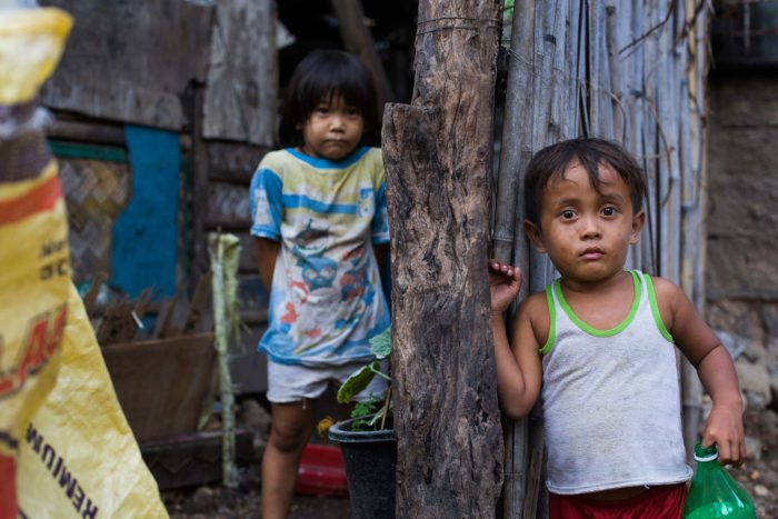 50-kids-in-the-slum,-philippines