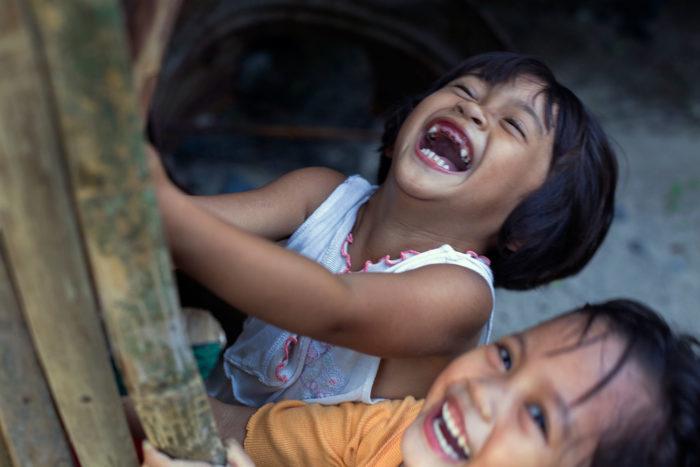 56-bimbe-giocano-nello-slum,-filippine