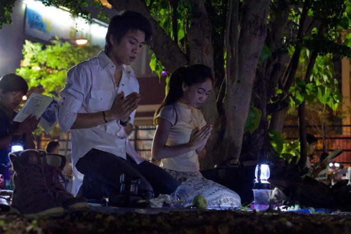 64-Buddhists-pray-in-Bangkok,-Thailand-