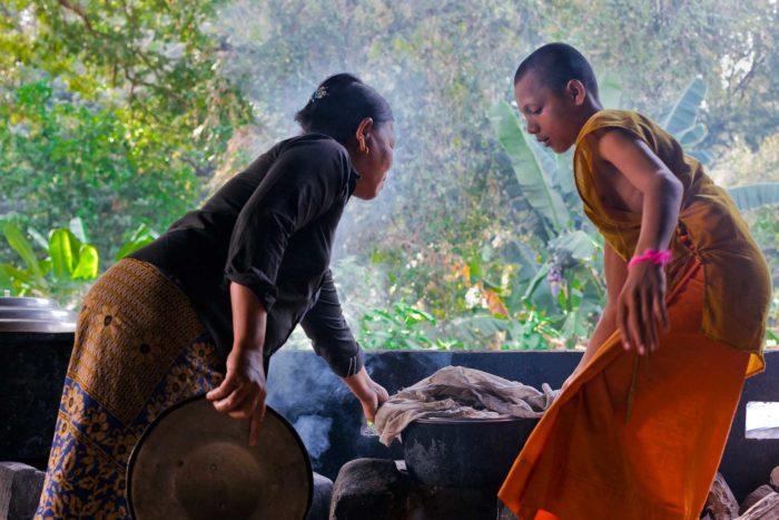 73-buddhist-monks,-angkor-wat-cambodia