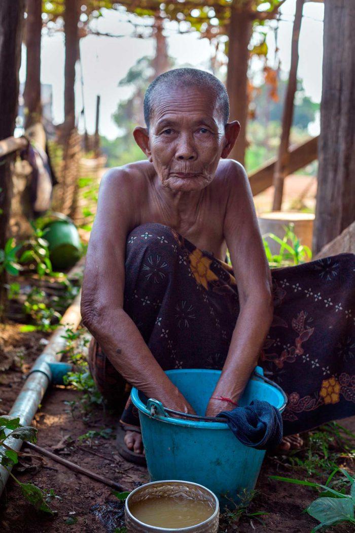 83-donna-lava-i-panni,-cambogia-